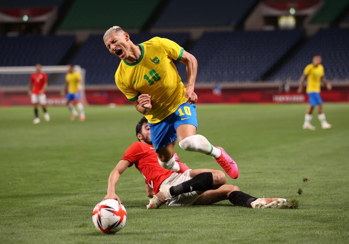Ai Cập nỗ lực, thậm chí đá rắn nhưng vẫn đang gặp khó trước Brazil. (Ảnh: Reuters).