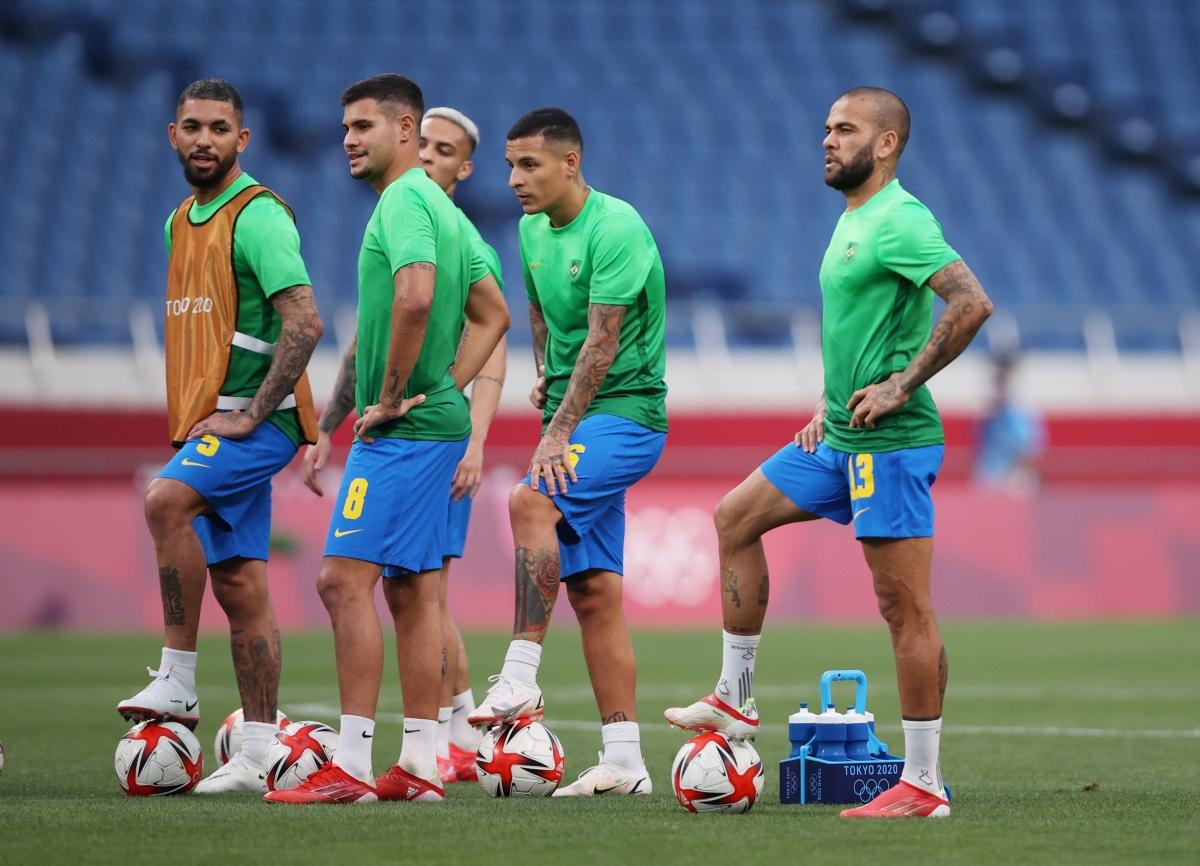 Các cầu thủ Brazil khởi động trước trận. (Ảnh: Reuters).