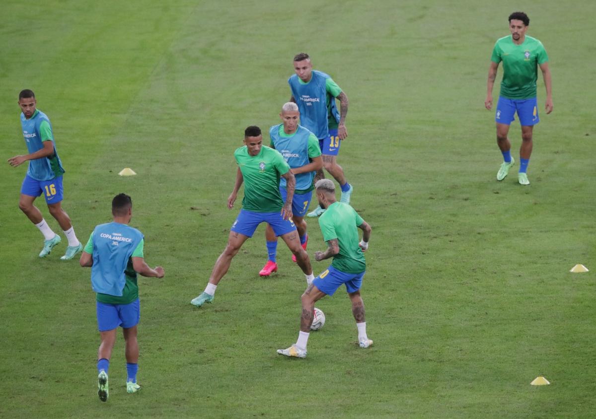 Cầu thủ 2 đội khởi động trước trận đấu. (Ảnh: Reuters).