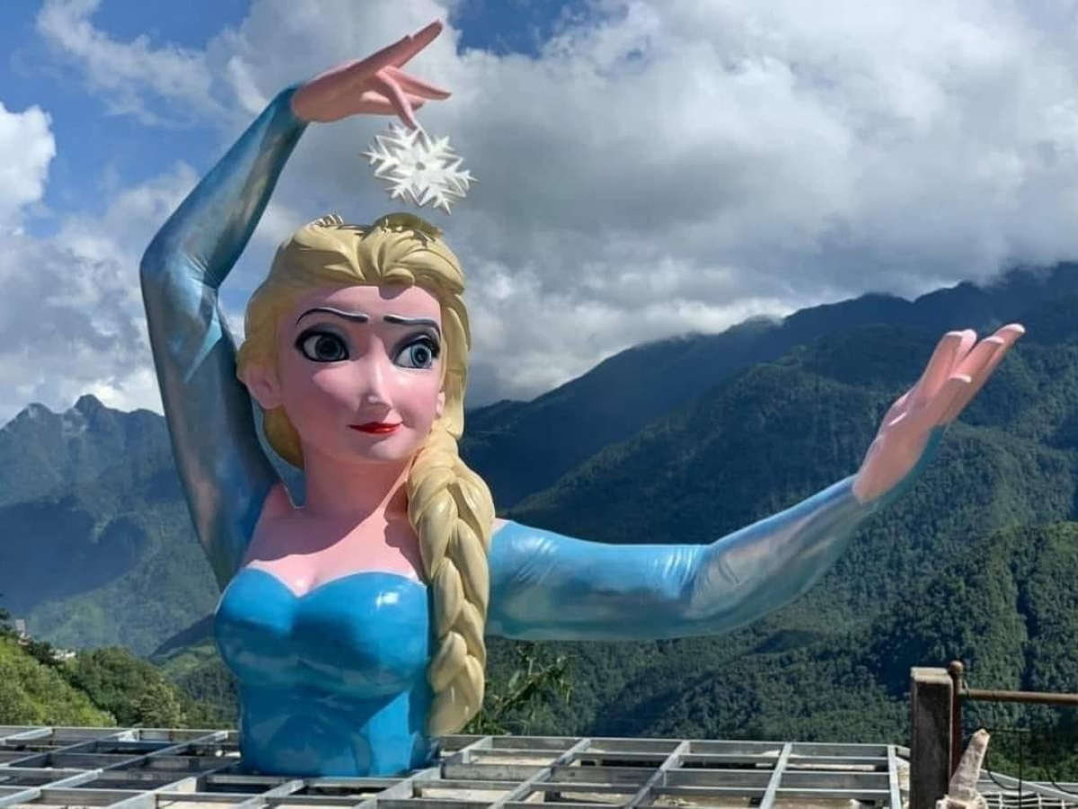 Bức tượng nữ hoàng băng giá Elsa chịu nhiều chỉ trích từ cộng đồng mạng.