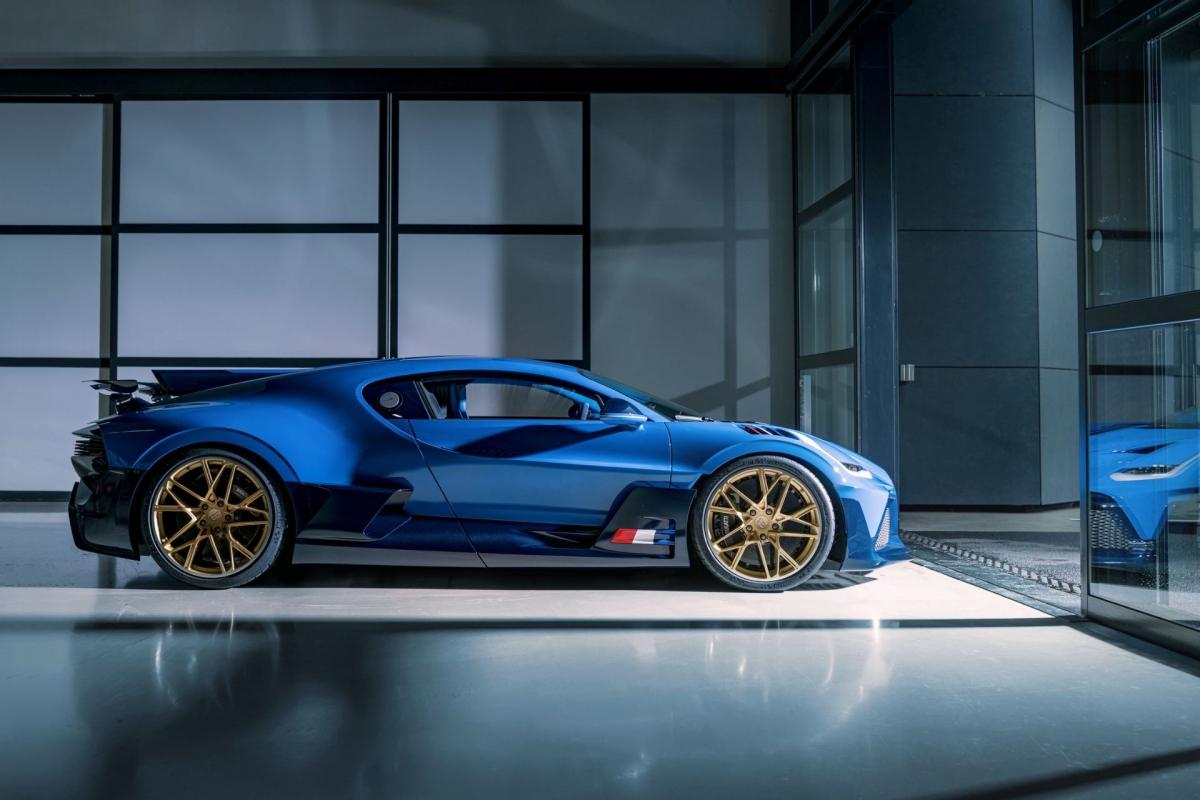 Chiếc Divo cuối cùng được sơn màu chủ đạo gọi là xanh EB 110 LM với tông màu tương phản là sợi carbon xanh sẫm. Xe được trang bị bộ mâm có thiết kế đặc biệt, sơn vàng đồng.
