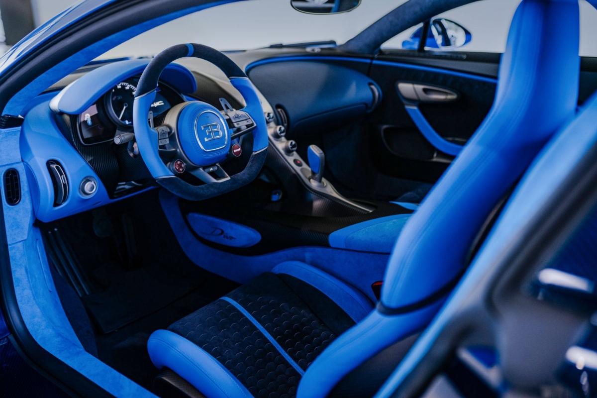 Bên trong, nội thất được bọc da hai tông màu French Racing Blue và Deep Blue để tiếp nối kiểu màu sơn bên ngoài, kết hợp cùng sợi carbon xám mờ.