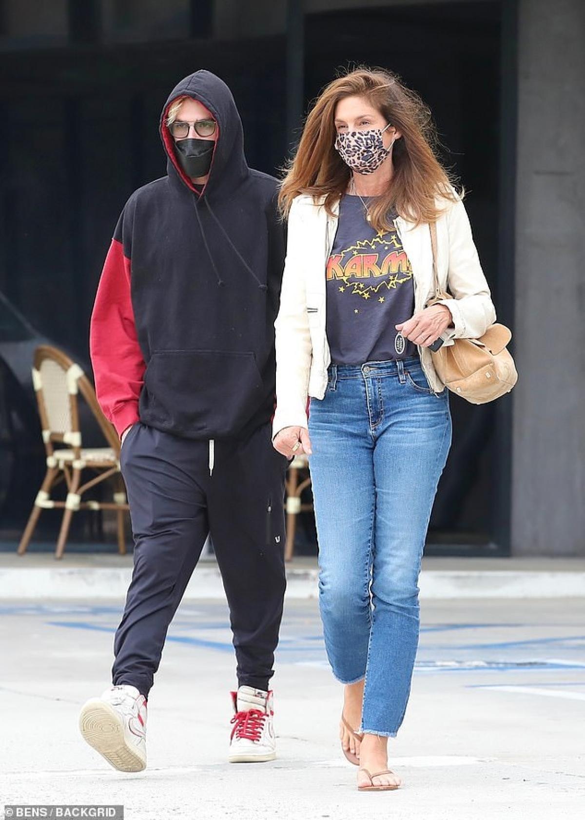 Hai mẹ con đeo khẩu trang cẩn thận để bảo vệ bản thân và cộng đồng trong thời điểm dịch bệnh.