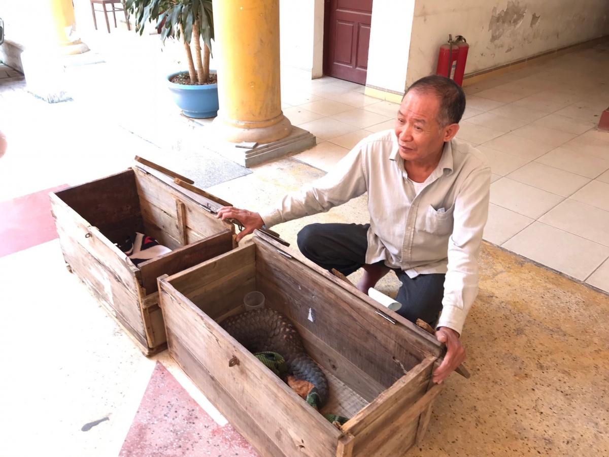 Đối tượng Hoàng Văn Dần cùng tang vật là 2 cá thể tê tê.