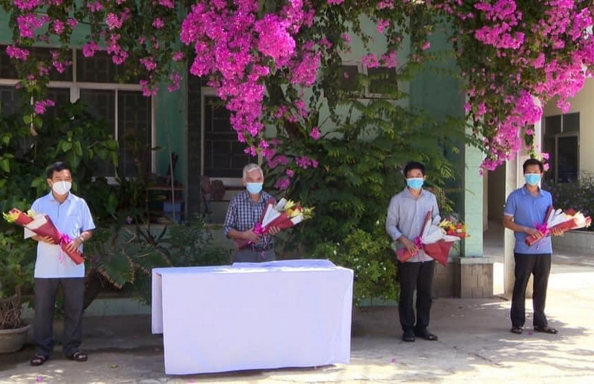Các bệnh nhân được công nhận ddiieuf trị khỏi COVID-19 và được ra viện ở Hoài Nhơn.