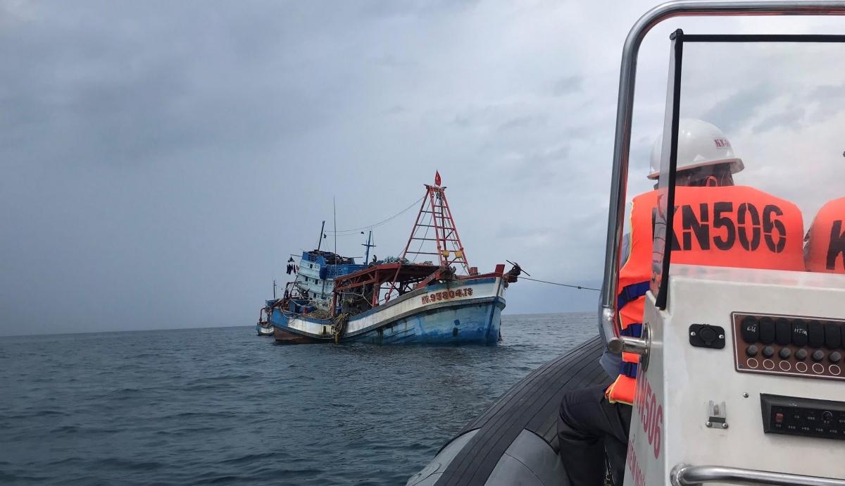 Cán bộ thuyền viên tàu KN 506 tiếp cận tàu cá ngư dân tuyên truyền.