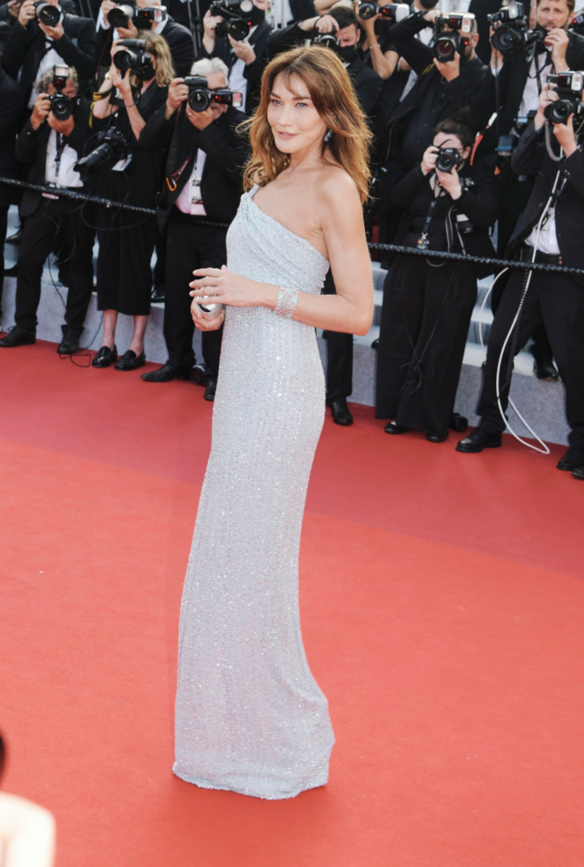 Cựu đệ nhất phu nhân Pháp đã diện những thiết kế đến từ các nhà mốt như Celine và Saint Laurent. Cô tham dự đêm khai mạc của liên hoan phim với một chiếc váy thanh lịch, vừa vặn của Hedi Slimane.