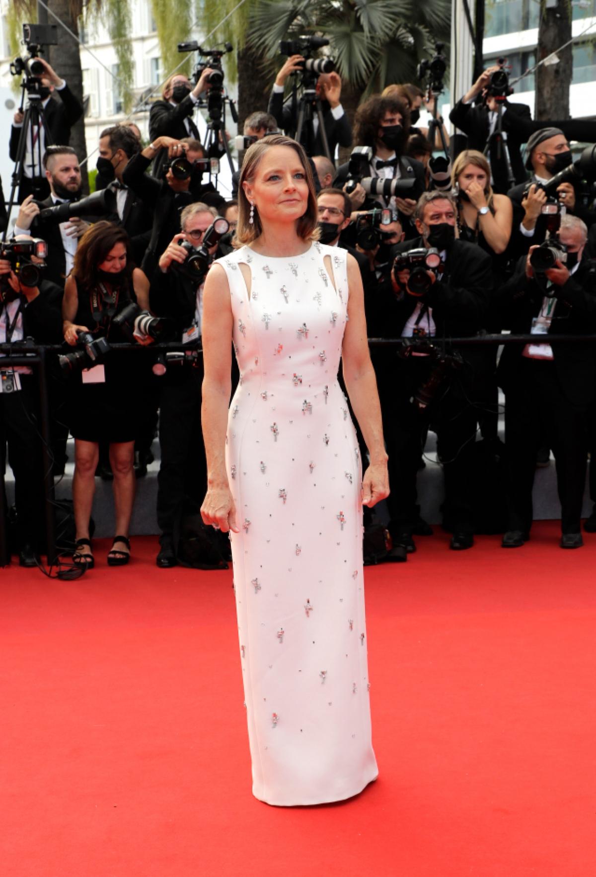 """Nữ diễn viên Jodie Foster đã tham dự đêm khai mạc Liên hoan phim Cannes trong thiết kế cao cấp đặt riêng của nhà mốt Givenchy. Cô đã nhận giải thưởng """"Cành cọ Vàng"""" danh dự của liên hoan trong chiếc váy lụa trắng được thiết kế với các chi tiết cut-out tinh tế và họa tiết thêu."""