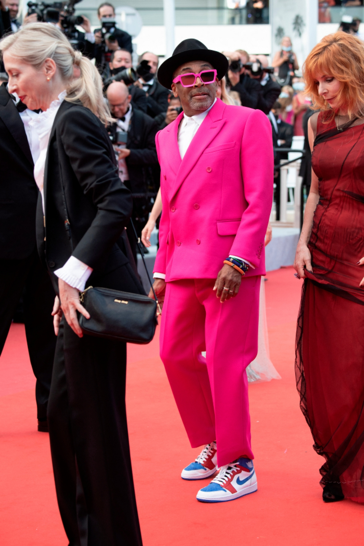 Chủ tịch ban giám khảo Cannes Spike Lee luôn diện các trang phục do Virgil Abloh thiết kế cho Louis Vuitton tại nhiều sự kiện. Đạo diễn và nhà biên kịch từng đoạt giải Oscar đã tham dự đêm khai mạc với vẻ ngoài bắt mắt nhất của mình: bộ vest màu hồng với cặp kính râm đồng điệu. Lee hoàn thiện bộ cánh với đôi giày Nike Air Jordan's được thiết kế với tông màu xanh lam, trắng và đỏ mang dấu ấn của quốc kỳ Pháp./.