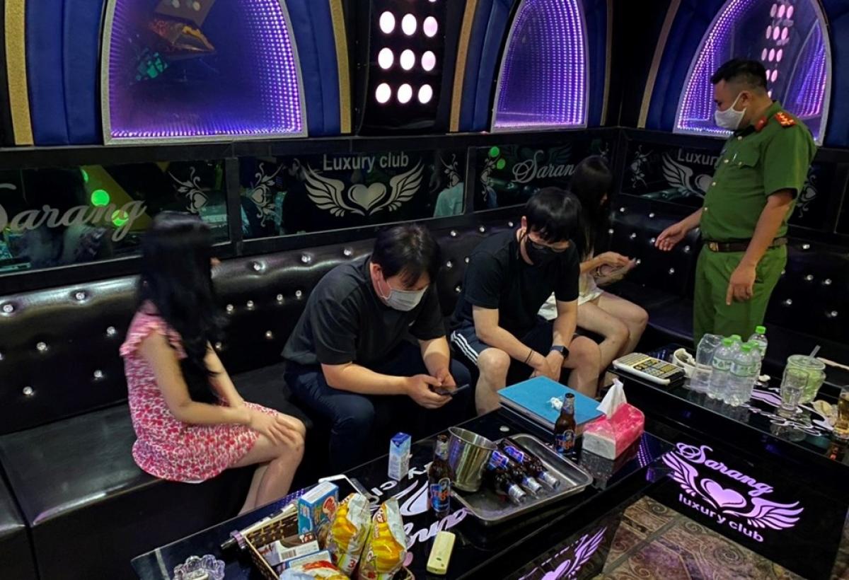 Xử phạt hành chính cơ sở kinh doanh karaoke Ori (Ảnh: Công an thành phố Hải Phòng)