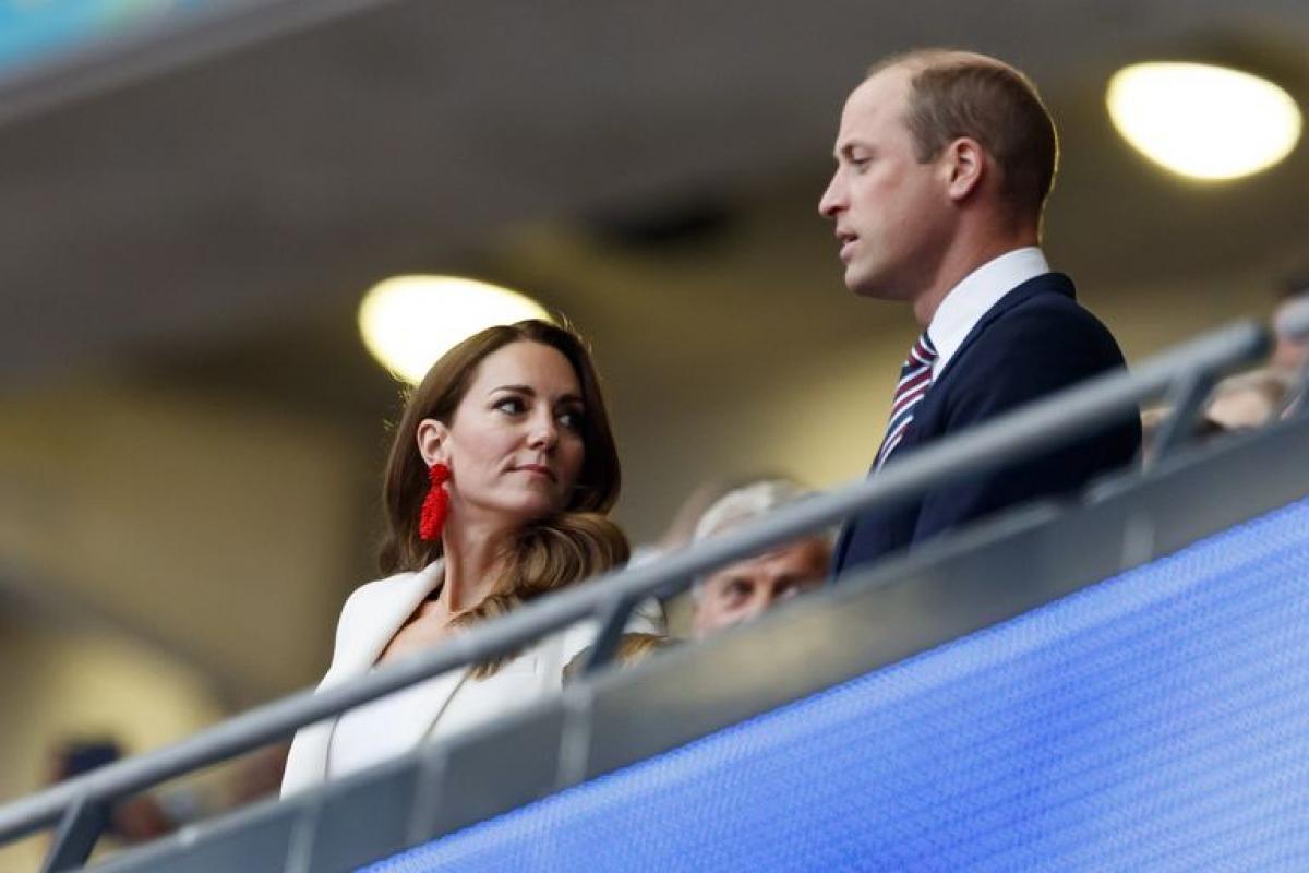 Nữ công tước xứ Cambrigdenổi bật trên khán đài với bộ suit lịch sự và trang nhã.