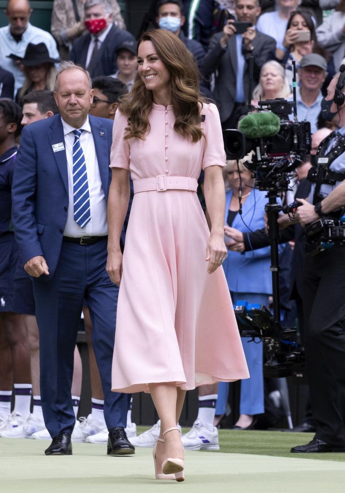 Công nương Kate xuất hiện ngọt ngào, thân thiện trong bộ váy màu hồng phấn của Beulah.