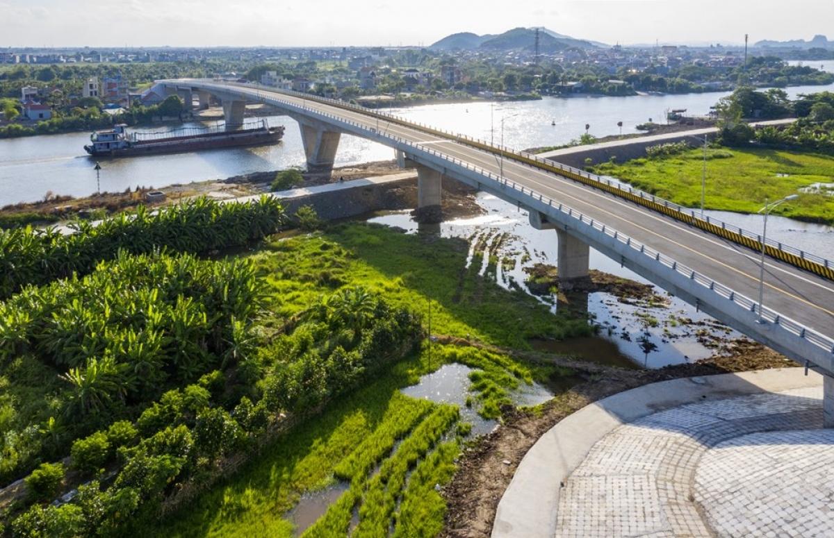 Cầu Dinh nối huyện Thủy Nguyên, thành phố Hải Phòng với thị xã Kinh Môn, tỉnh Hải Dương, qua sông Kinh Thầy. (Ảnh: Hồng Phong).