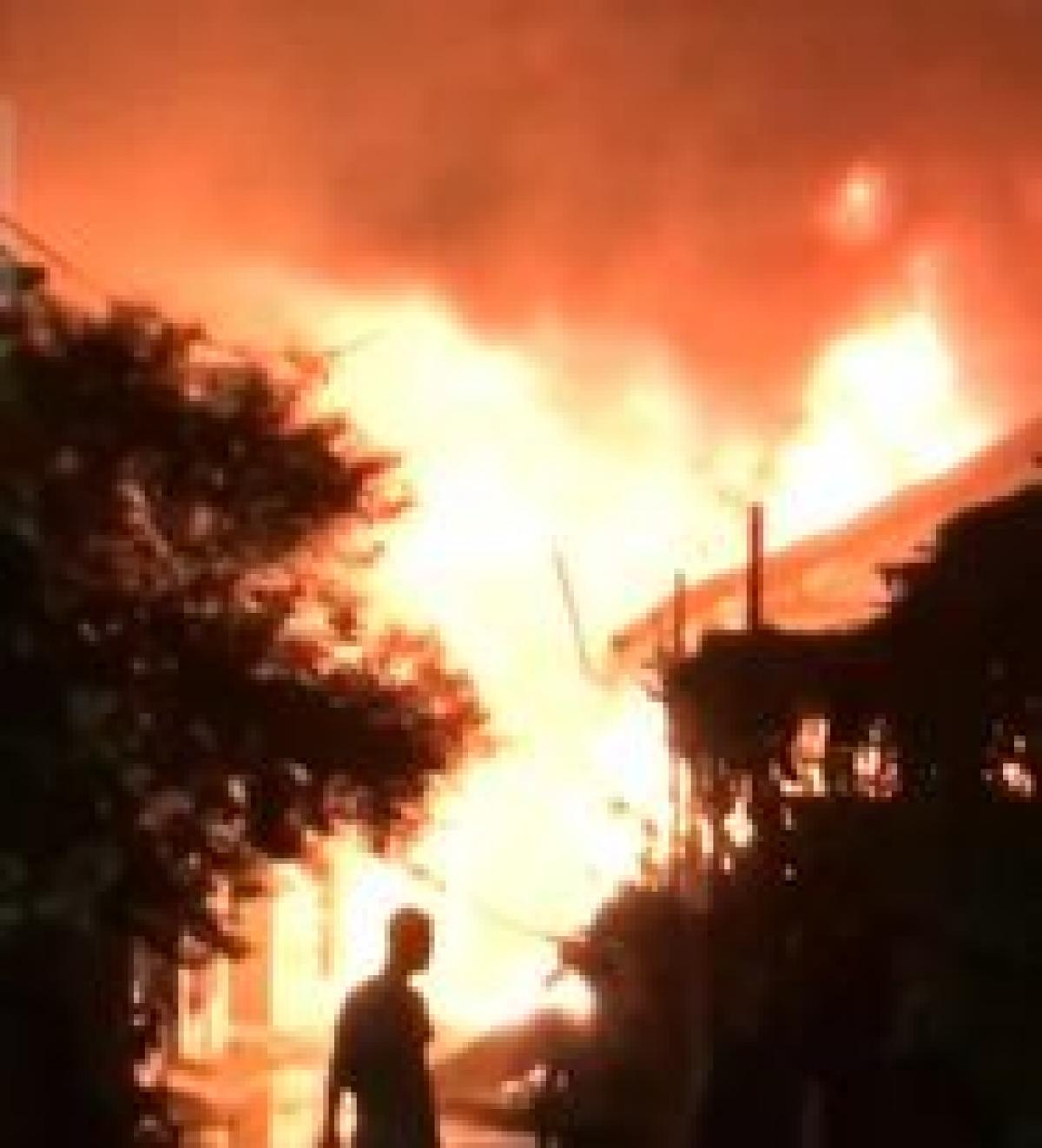 Ngọn lửa bùng phát nhanh khiến nhiều đồ đạc bị thiêu rụi.