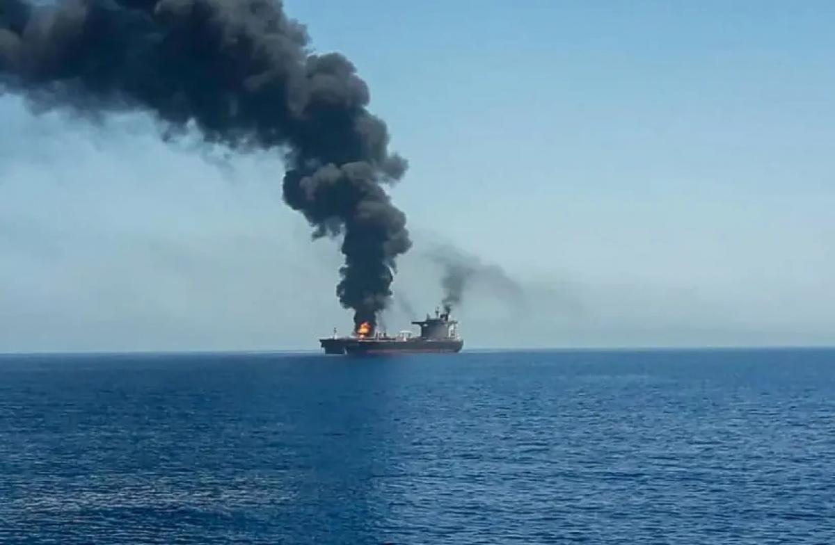 Một tàu chở dầu bị tấn công trên biển Ả-rập. Ảnh: Jerusalem Post.