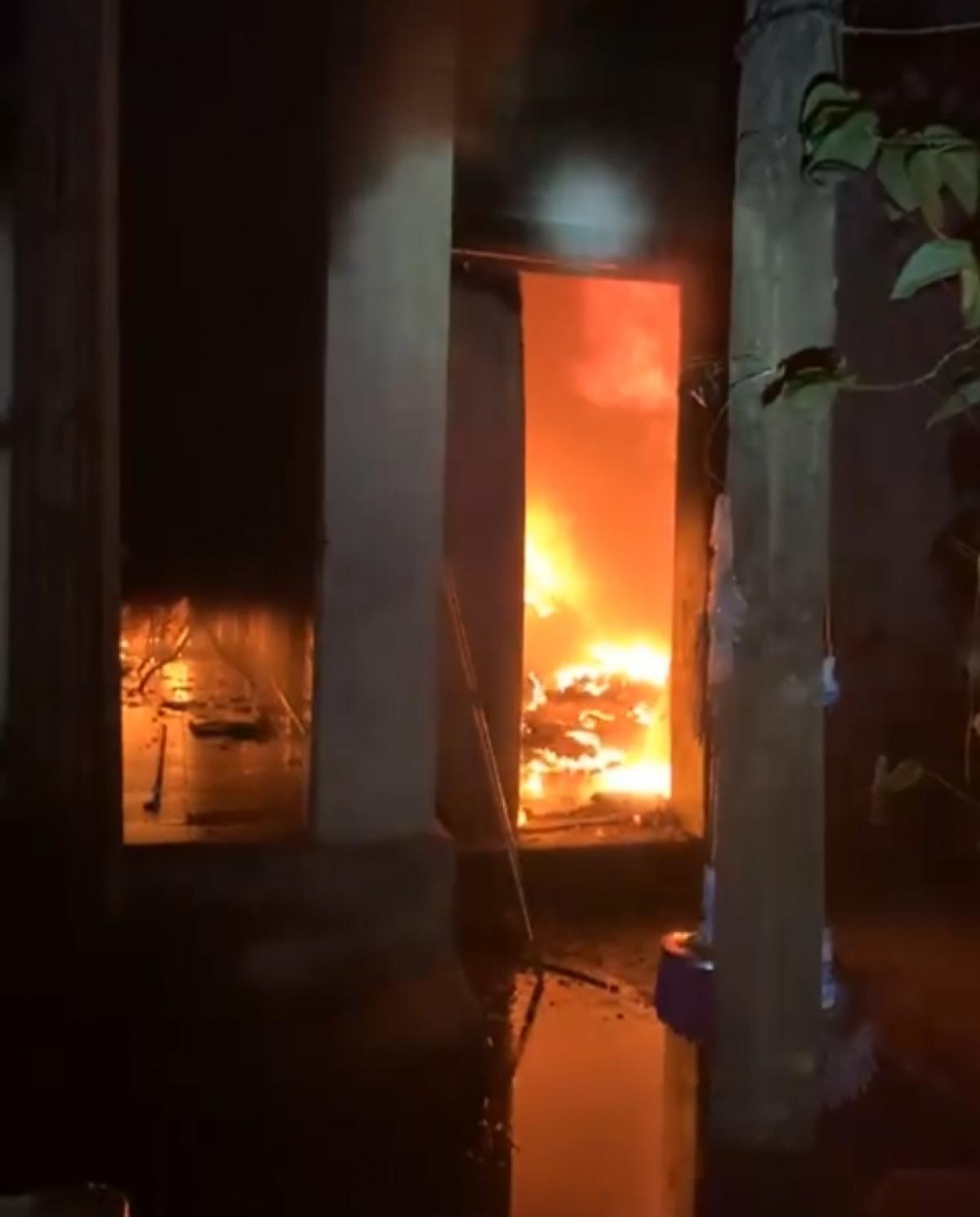 Ngôi nhà 2 tầng của gia đình ông N. bốc cháy trong đêm (ảnh cắt từ clip).
