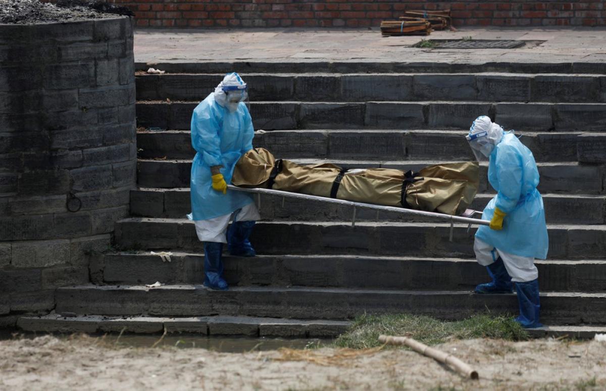 Nhân viên y tế khiêng thi thể nạn nhân tại Nepal. Ảnh: Reuters.