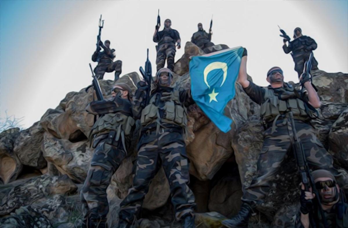Các chiến binh Hồi giáo Duy Ngô Nhĩ của ETIM phất cờ của mình tại chiến trường Syria. Ảnh: Ảnh: Facebook.