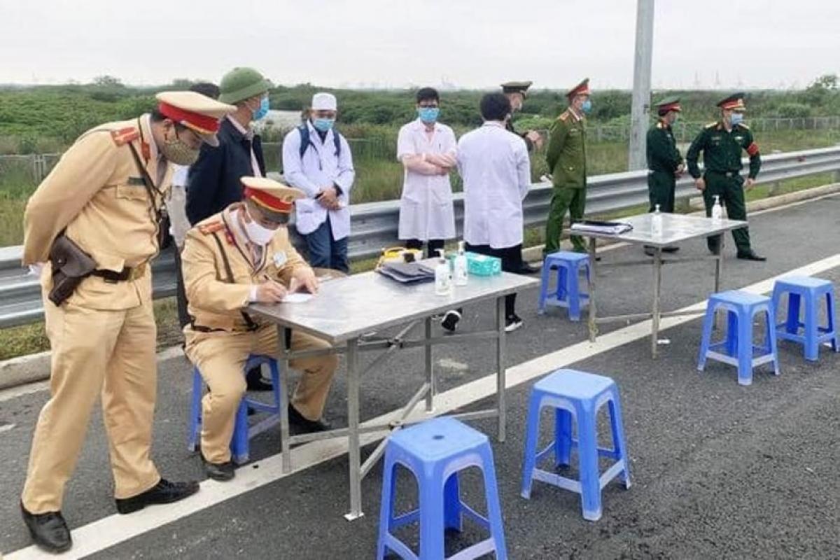 TP Hà Nội lập 22 chốt giám sát, đo thân nhiệt từng người ra vào cửa ngõ Thủ đô để phòng dịch COVID-19.
