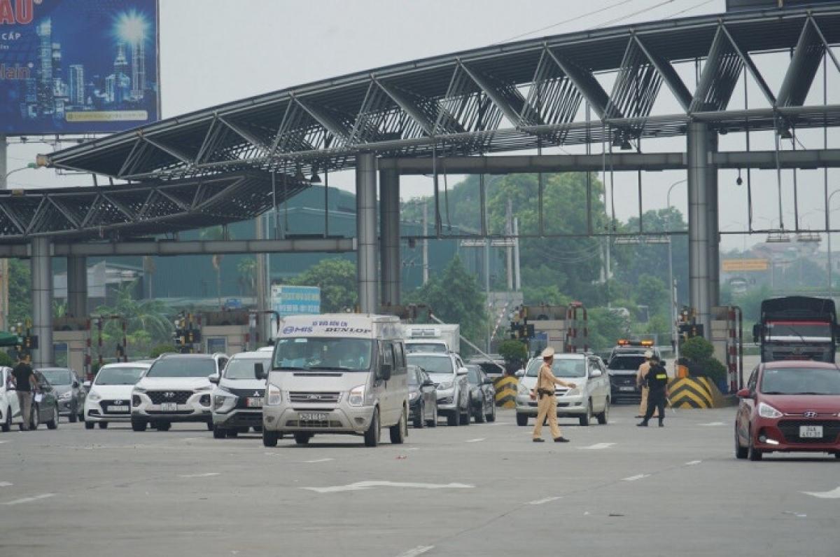 """Ngoài Bắc, cửa ngõ Thủ đô Hà Nội cũng không còn cảnh """"ngộp thở"""" như mấy hôm đầu thực hiện."""