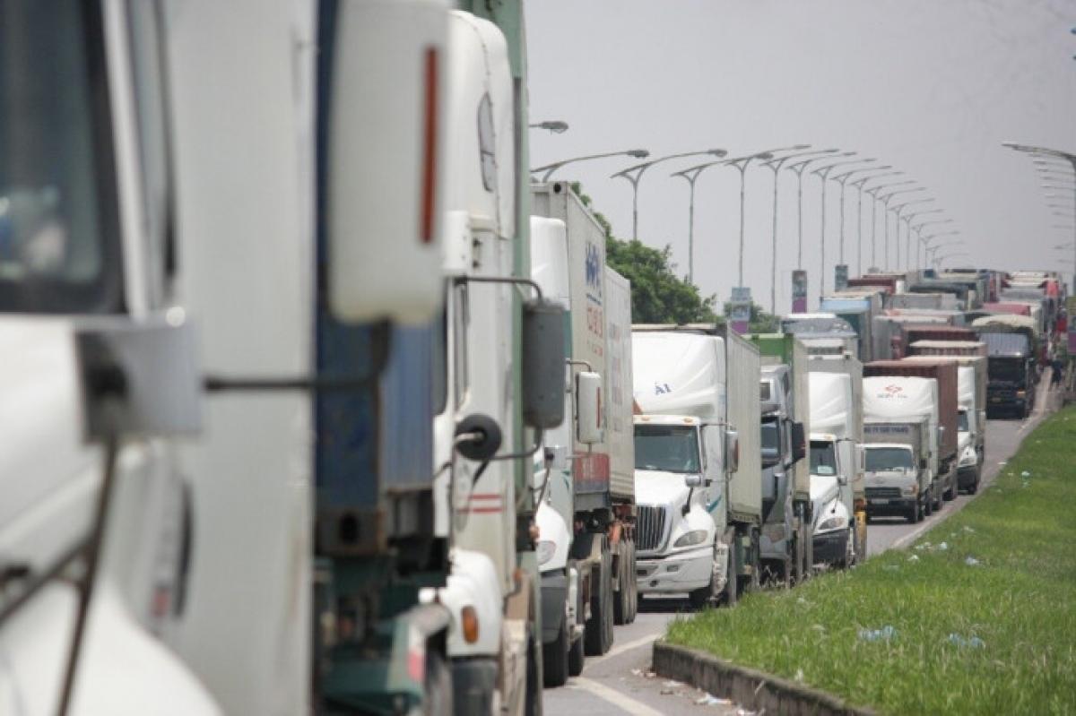Tình trạng ùn tắc nghiêm trọng tại khu vực chốt kiểm dịch cầu Phù Đổng, Hà Nội sáng 25/7. Ảnh NK.