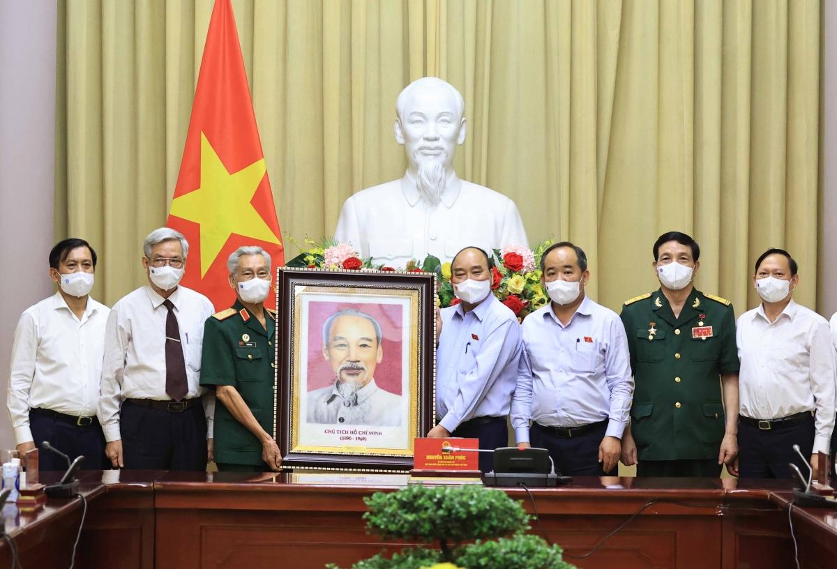 Chủ tịch nước Nguyễn Xuân Phúc tặng quà cho Hội Hỗ trợ gia đình liệt sĩ Việt Nam.
