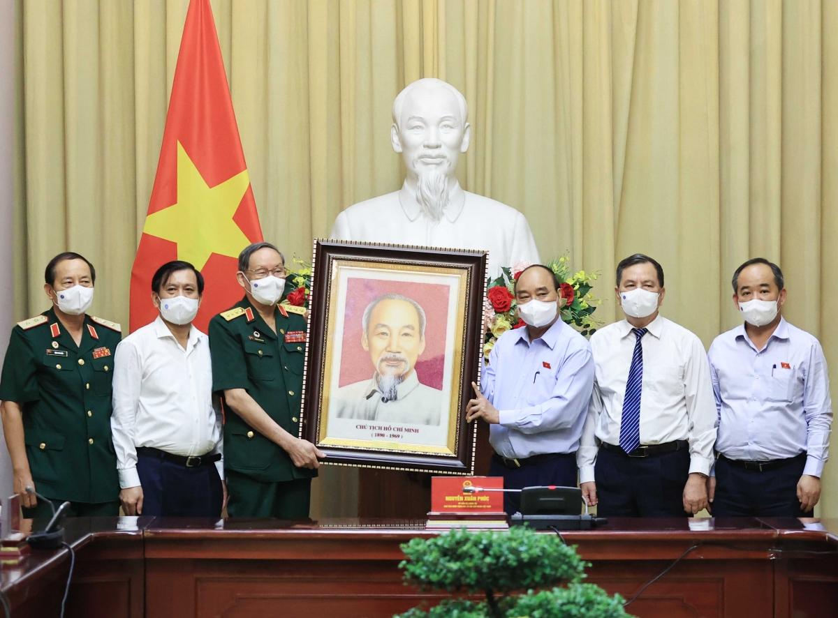 Chủ tịch nước Nguyễn Xuân Phúc tặng quà cho Hội nạn nhân chất độc da cam Việt Nam.