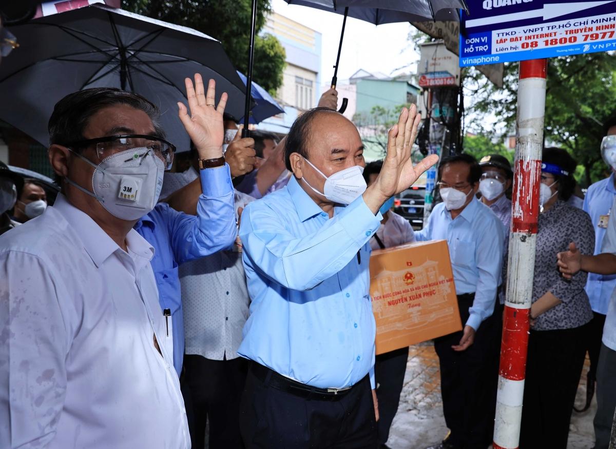 Chủ tịch nước thăm hỏi người dân khu vực phong tỏa ở huyện Hóc Môn.