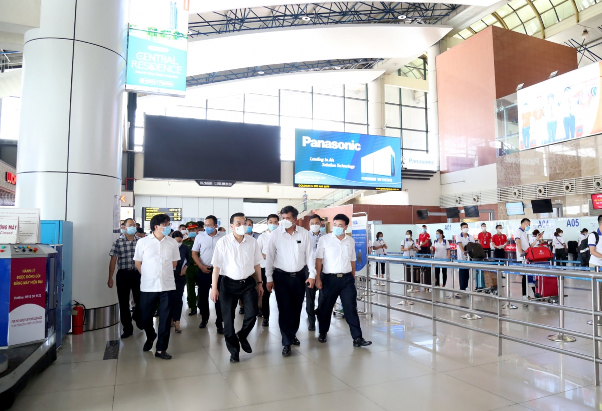 Ông Chu Ngọc Anh kiểm tra công tác kiểm dịch tại Cảng hàng không sân bay quốc tế Nội Bài