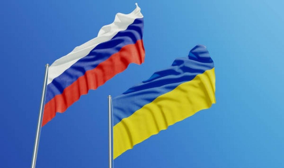 Cờ Nga và Ukraine. Ảnh: iStock.