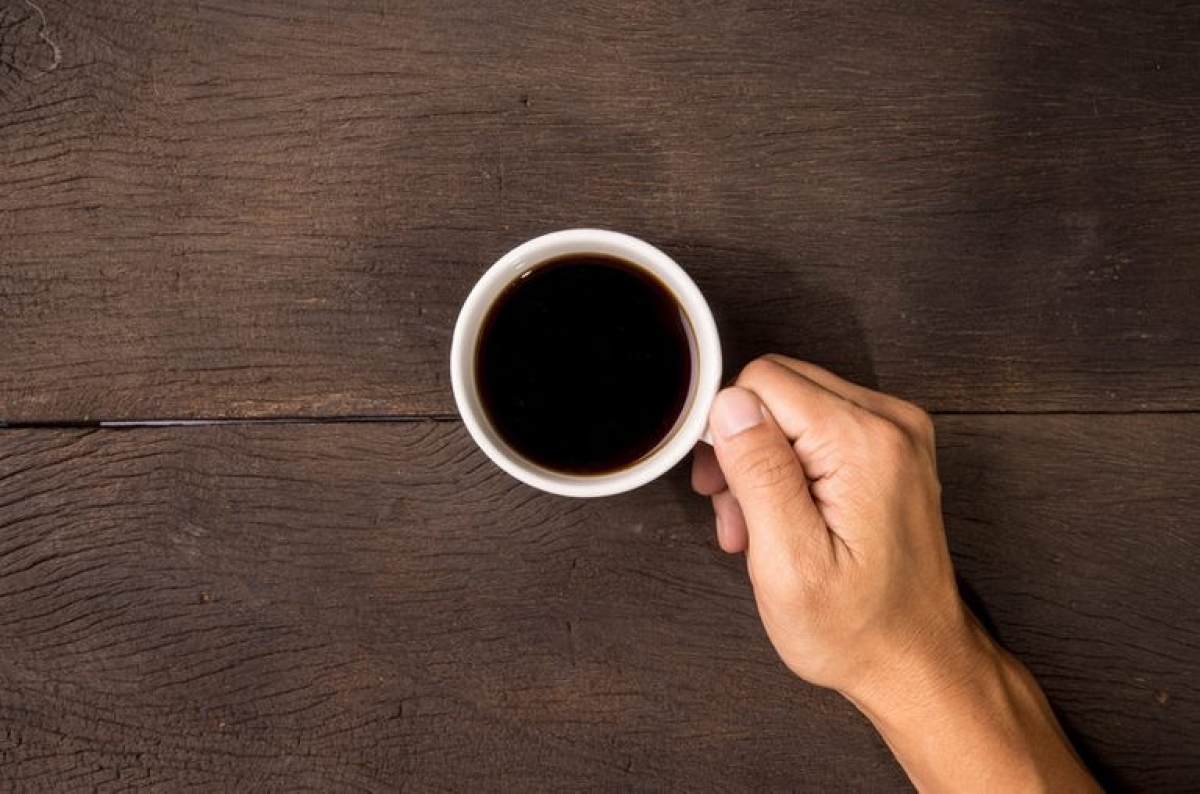 Tại sao uống cà phê lại làm răng xỉn màu?: Men răng, lớp bảo vệ ngoài cùng của răng, được cấu tạo bởi các tinh thể canxi phốt phát nằm sát nhau, tuy nhiên giữa các tinh thể này vẫn có những khoảng trống cực kỳ nhỏ. Khi thức ăn và đồ uống bám vào các khe hở này, các vết xỉn màu sẽ hình thành trên men răng. Các phân tử thức ăn và đồ uống càng bám lâu ở các khe hở này thì chúng sẽ càng ảnh hưởng lớn đến các lớp bảo vệ khác của răng, dẫn đến xỉn màu từ bên trong, rất khó để làm sạch.