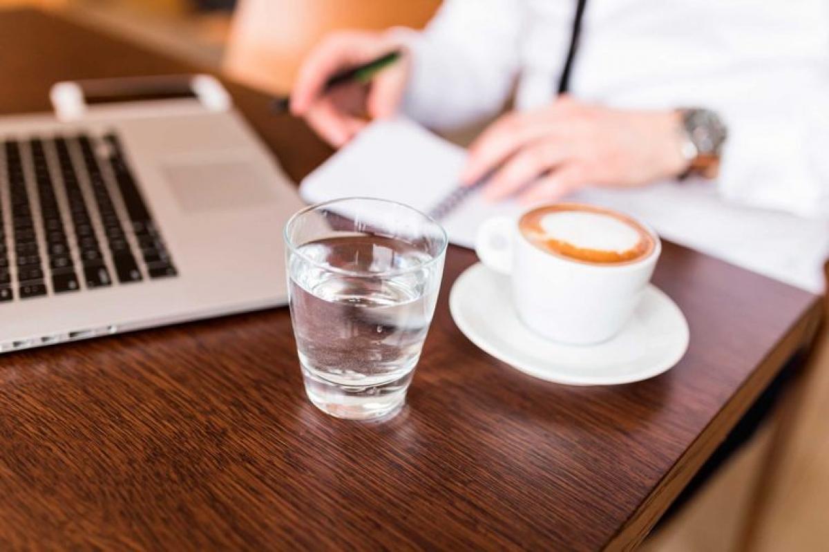 Uống nước giữa các lần uống cà phê: Uống nước sau khi uống cà phê có thể giúp rửa trôi các vết xỉn màu do cà phê để lại trên răng trước khi chúng ăn sâu vào men răng. Bên cạnh đó, uống nước cũng giúp bạn giữ cho cơ thể được cấp đủ nước suốt cả ngày.