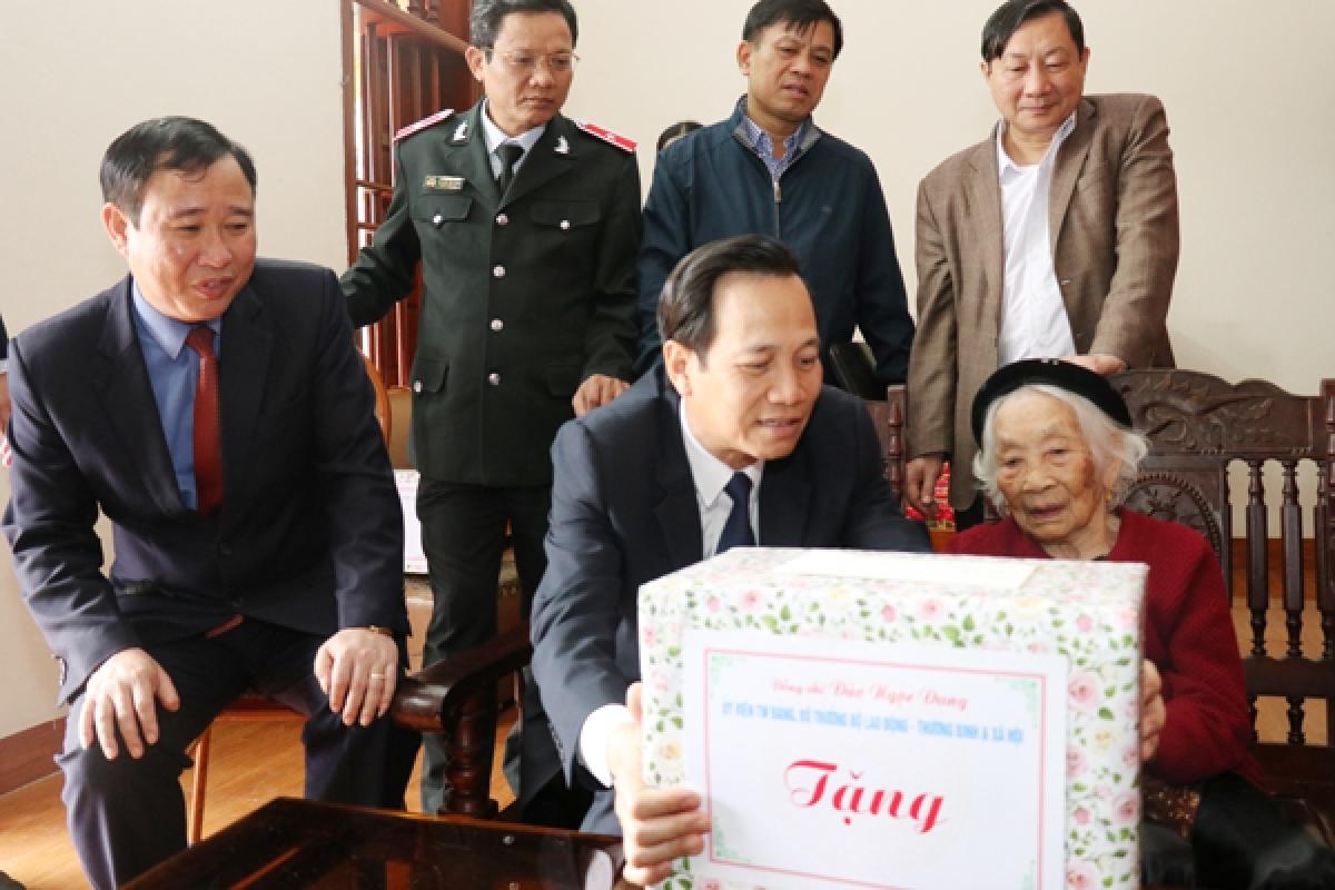 Bộ trưởng Bộ LĐ-TB-XH Đào Ngọc Dung tặng quà người có công tỉnh Ninh Bình. (Ảnh: LĐXH)