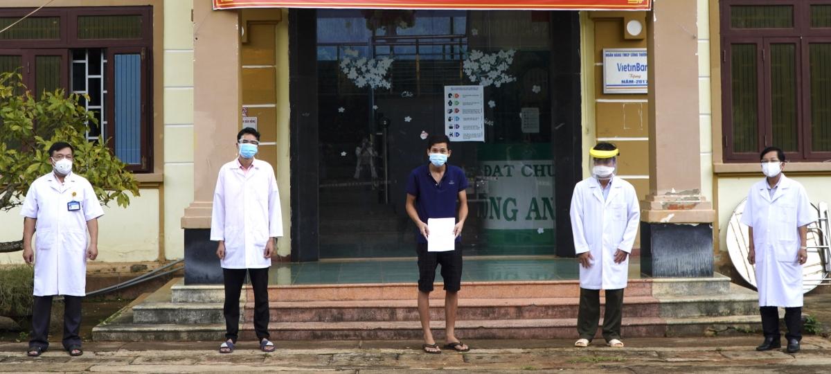 Bệnh nhân V.H.L.E (áo xanh) được trao giấy ra viện.
