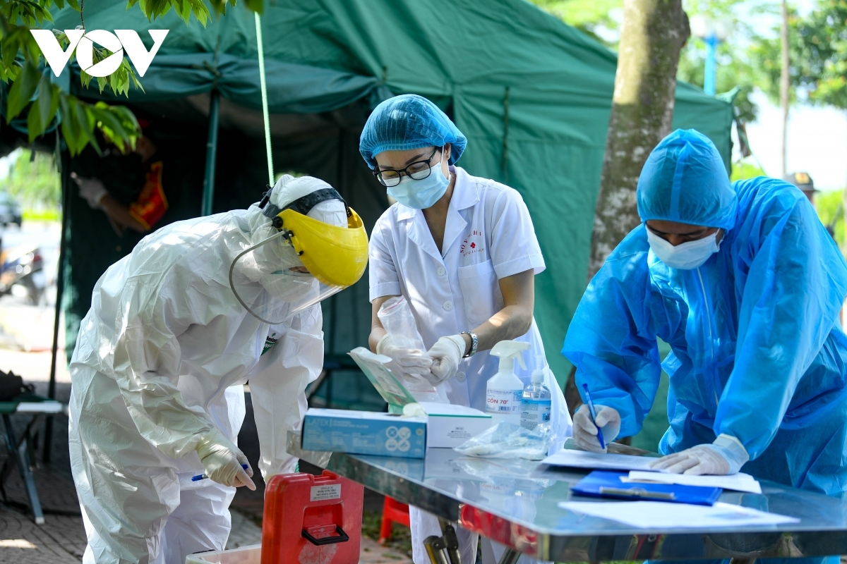 Lực lượng chức năng làm nhiệm vụ tại chốt kiểm dịch người dân vào TP Hà Nội.