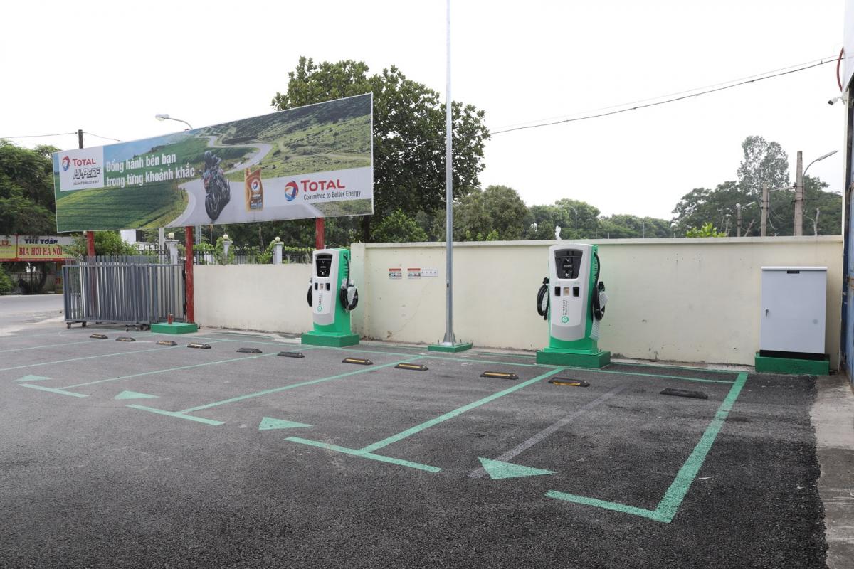 Các trụ sạc ô tô điện của VinFast tại Bến xe Nước Mát (Yên Bái).
