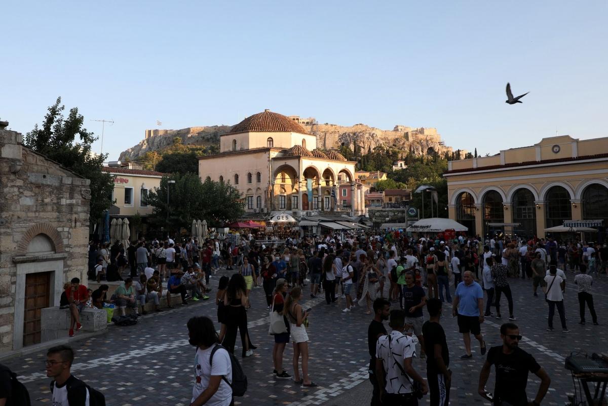 Du khách tham quan quảng trường Monastiraki tại Athens, Hy Lạp. Nguồn: Reuters