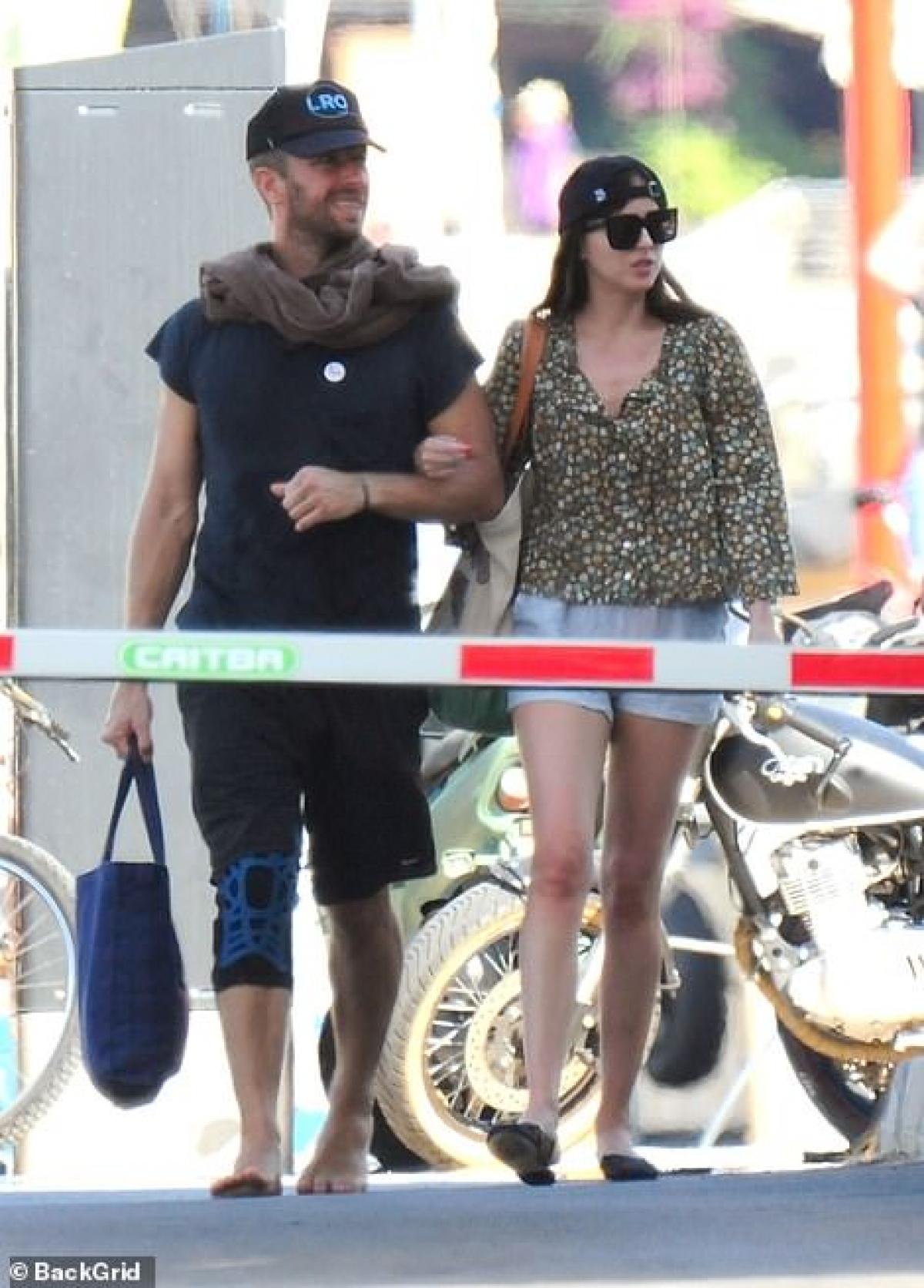 Dakota Johnson sánh đôi tình tứ bên bạn trai Chris Martin trong chuyến nghỉ dưỡng thú vị ở Palma mới đây.