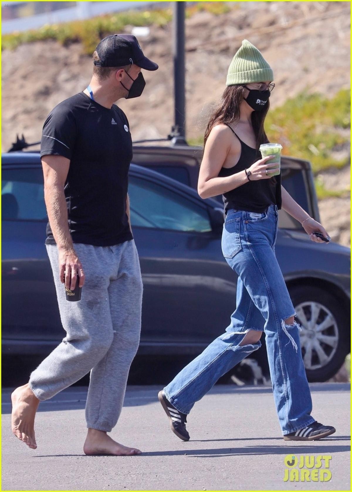 Dakota Johnson và Chris Martin bắt đầu hẹn hò vào năm 2017.