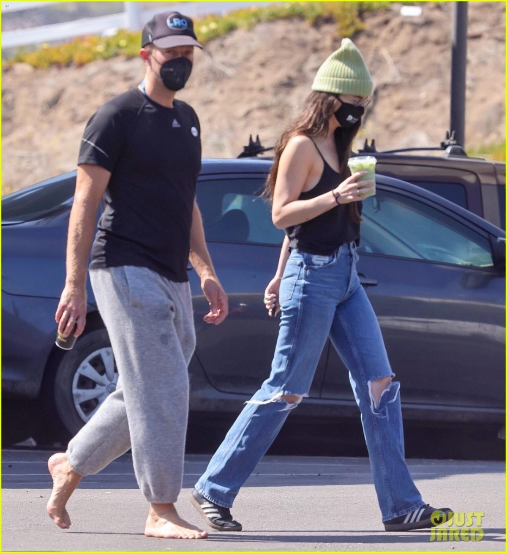 Tin đồn đính hôn dấy lên sau khi Dakota Johnson bị cánh săn ảnh bắt gặp đeo nhẫn ngọc lục bảo ở ngón tay áp út khi đi mua sắm.