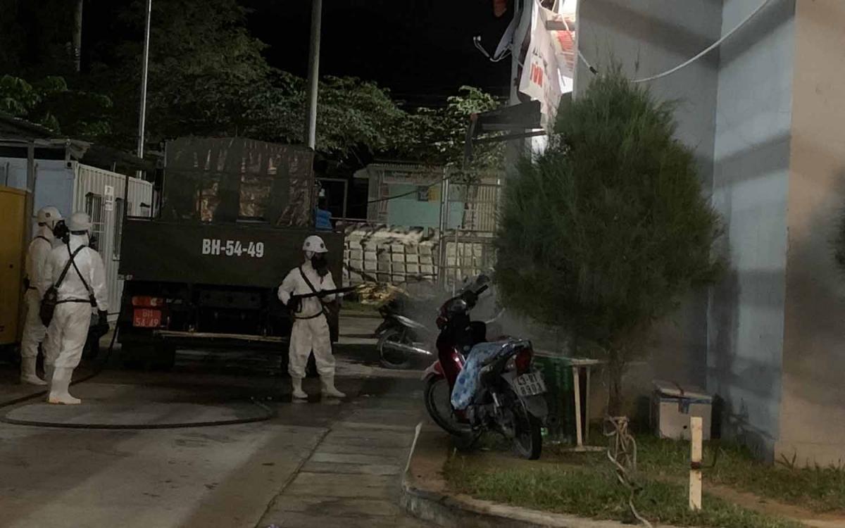 Bộ đội khử khuẩn 2 tòa nhà ở xã hội tại phường Hòa Khánh Bắc, quận Liên Chiểu nơi có 8 ca dương tính