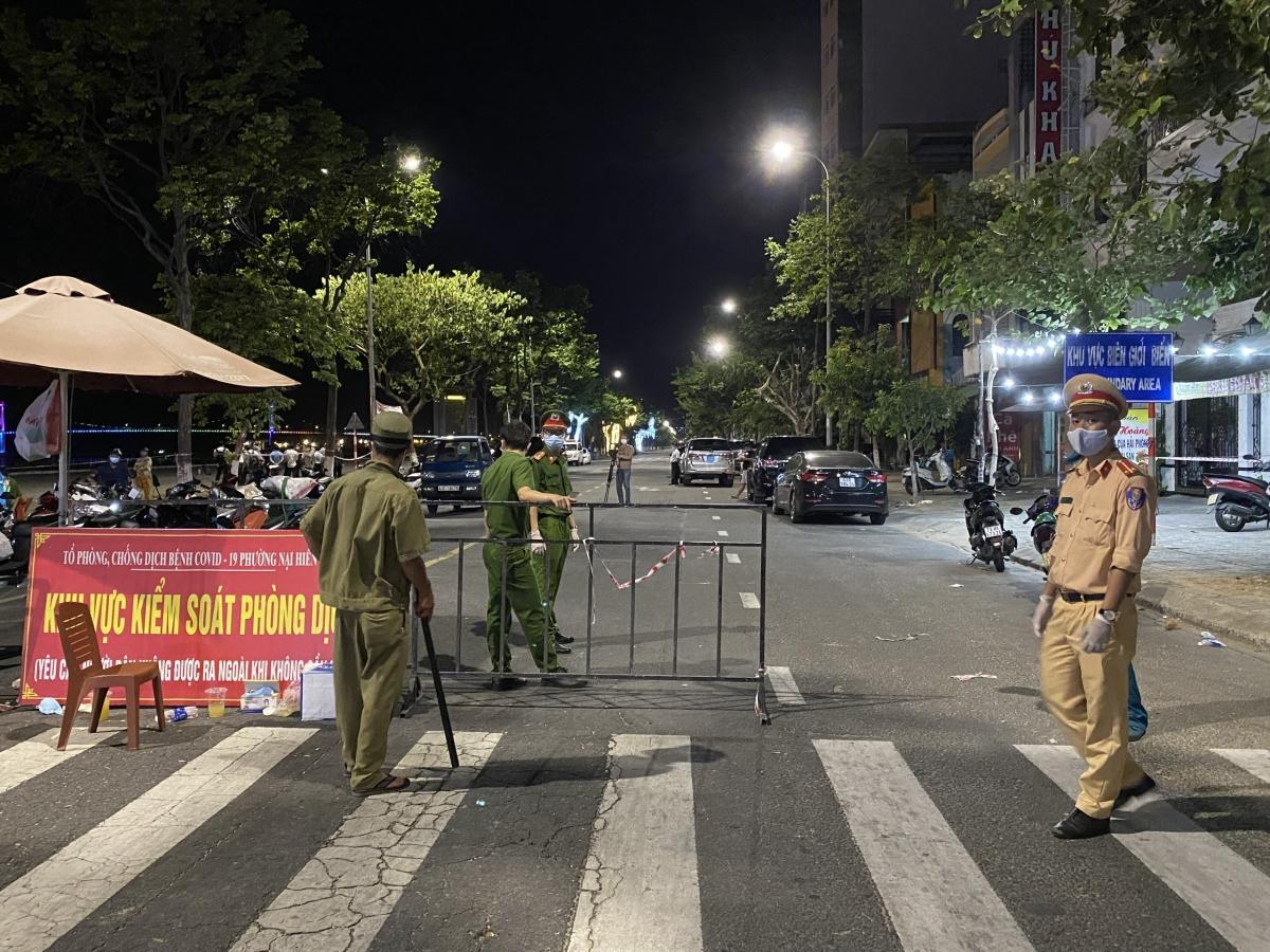 Một chốt kiểm soát trên đường Trần Hưng Đạo, phường An Hải Bắc đêm đầu thực hiện giãn cách xã hội toàn thành phố