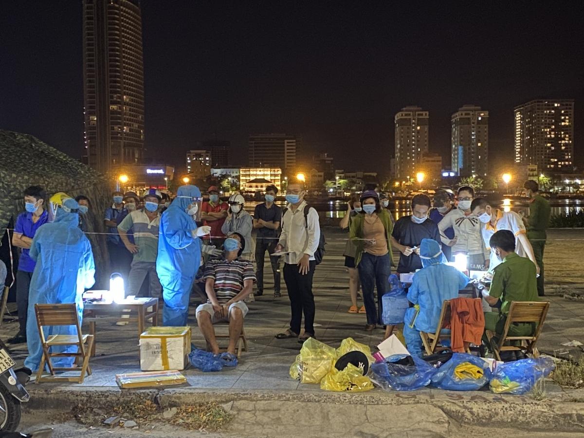Xuyên đêm lấy mẫu xét nghiệm SARS-CoV-2 hộ gia đình tại một điểm trên công viên bờ đông sông Hàn