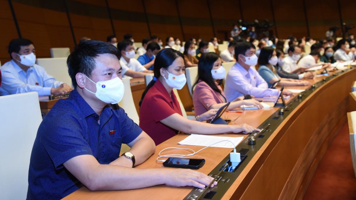 Các đại biểu Quốc hội ấn nút biểu quyết thông qua việc điều chỉnh chương trình Kỳ họp thứ nhất