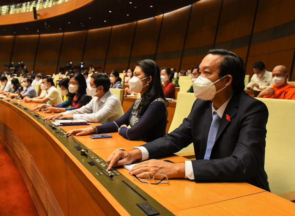 Đại biểu đoàn Tiền Giang bấm nút biểu quyết