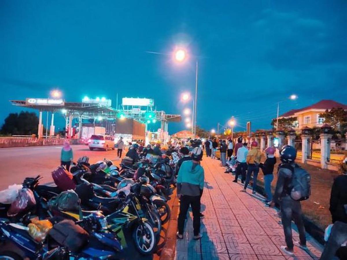 Hàng ngàn công dân làm việc ở các tỉnh về Đắk Lắk bằng xe máy mỗi ngày. Ảnh: Báo Người lao động.