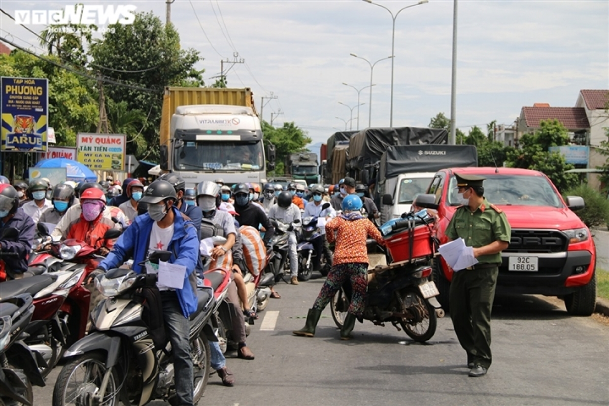 Ms. Be spends about one and a half hours attempting to escape the crowds so she can return home to Quang Nam province.