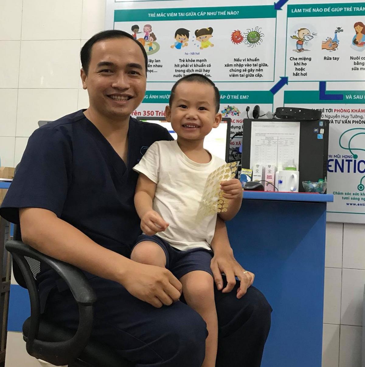 Ở thời điểm không có dịch, khi thăm khám trực tiếp, bác sỹ Đạt luôn tạo không khí thân thiện khiến nhiều em bé không còn cảm giác sợ hãi mỗi khi phải đi khám bệnh