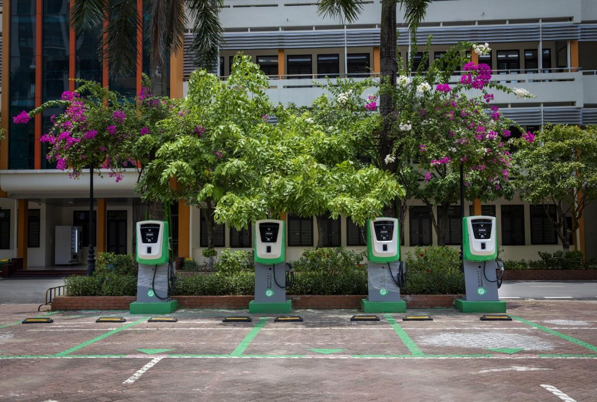 Khu vực sạc pin ô tô điện tại cửa hàng xăng dầu Quang Minh (Mê Linh, Hà Nội).
