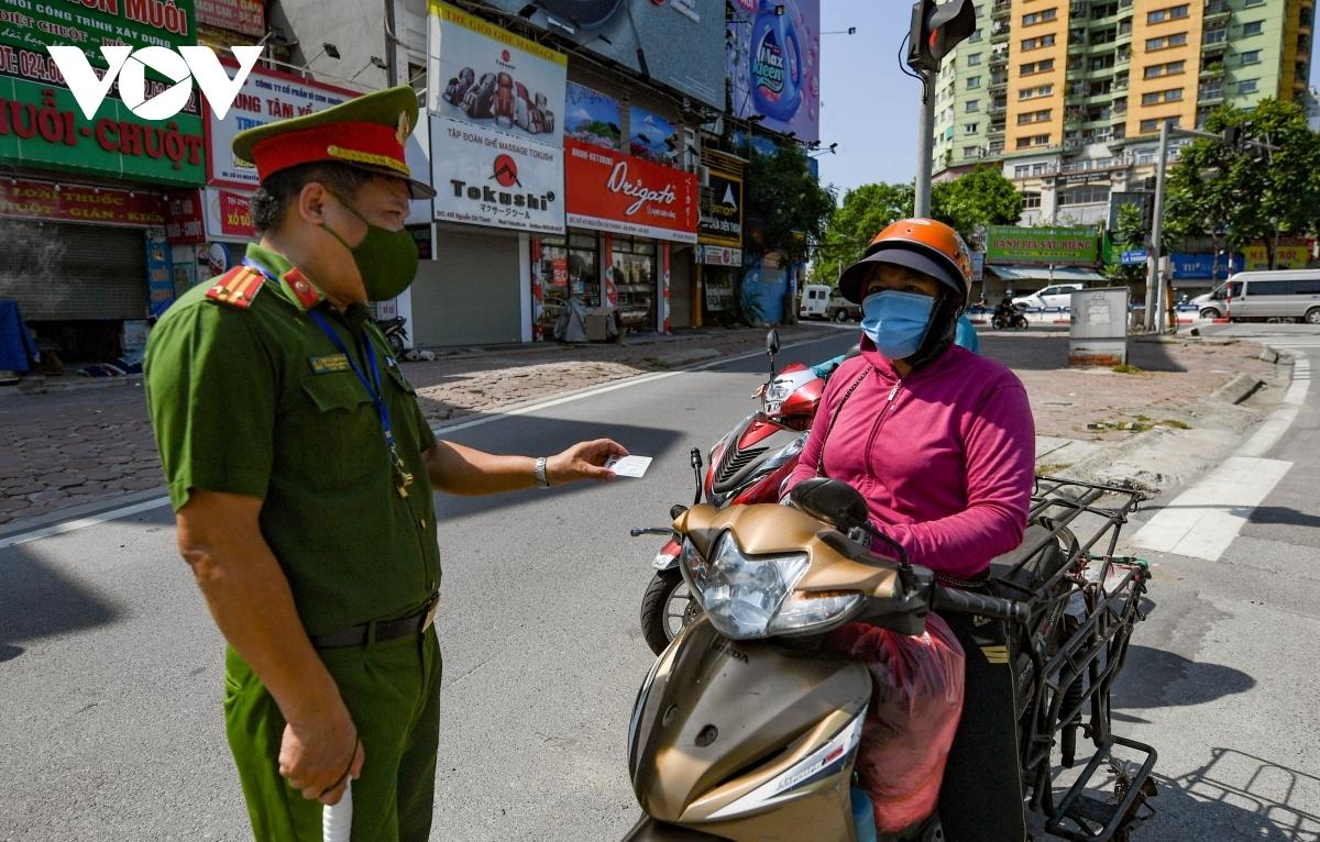 Lực lượng chức năng kiểm tra, kiểm soát người đi đường tại các trục chính ra vào nội đô.